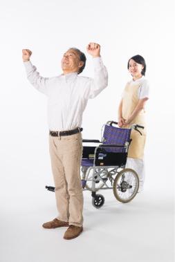 車椅子から立ち上がる老人